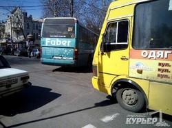 Советник мэра хочет бороться с тусовкой маршрутчиков в центре Одессы (ФОТО)