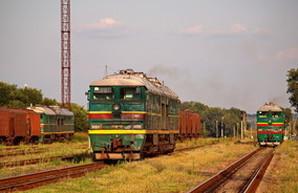 Ремонт железнодорожных путей привел к сходу с рельс грузового состава