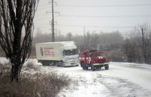 Дороги Одесской области все еще закрыты, а спасатели вытащили из снега 230 человек