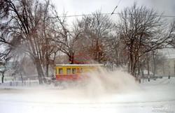 В Одессе расчищают от снега маршруты трамваев и троллейбусов