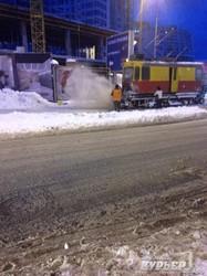 Одесские трамваи борются со снегом: запускают маршруты и пытаются чистить Аркадию (ФОТО)