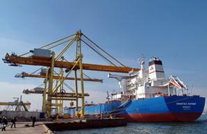 Как в Ильичевском порту грузят судно, которое не помещается в Суэцкий и Панамский каналы (ФОТО, ВИДЕО)