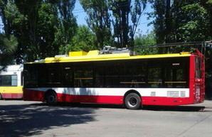 В Одессу привезли новые троллейбус и трамвай, окрашенные в цвета флага города (ФОТО)
