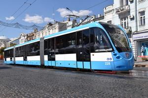 В Виннице начал перевозить пассажиров модернизированный 30-метровый трамвай (ФОТО)