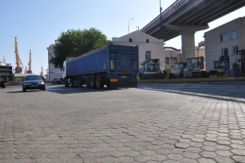 В Одесском порту продолжается строительство причала
