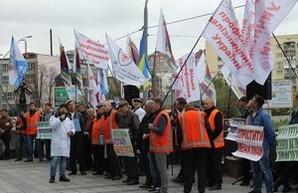 """Сотрудники """"Укрзализныци"""" пикетировали у стен Мининфраструктуры: требовали достойных зарплат"""