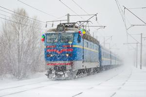 Непогода и снегопад задерживают поезда