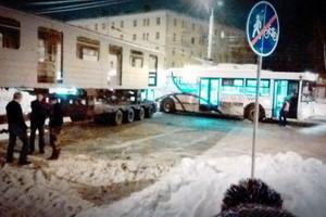 Самое смешное ДТП в России: троллейбус столкнулся с метро