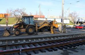 В Одессе у Пересыпского моста меняют трамвайные пути  (ФОТО)