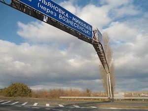 На въезде в Николаев демонтируют опасную для жизни рекламную конструкцию (ФОТО)