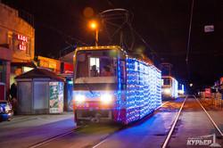 По Одессе проехала колонна украшенных гирляндами новогодних трамваев (ФОТО)