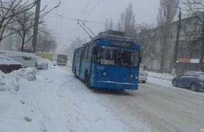 Очередной снегопад пока не мешает одесским трамваям и троллейбусам