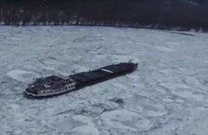 В ледовый плен на Дунае попало судно
