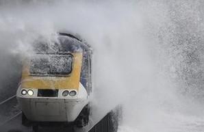 В английском графстве Девоншир поезда ходят под ударами штормовых океанских волн (ФОТО, ВИДЕО)