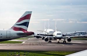 В час-пик в лондонском аэропорту Хитроу выстраивается очередь из самолетов (ВИДЕО)
