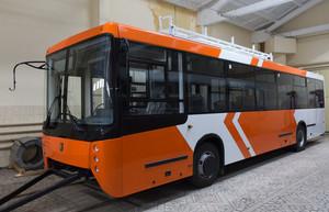"""В России построен троллейбус-""""апельсин"""" (ВИДЕО)"""