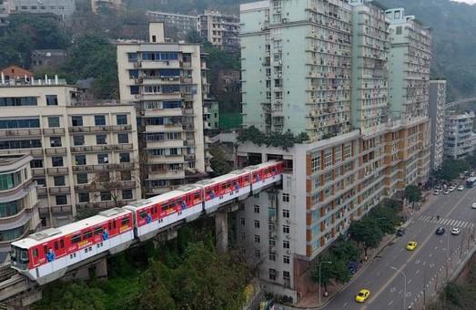 В Китае  маршрут одной из станций монорельса проложили через жилой дом