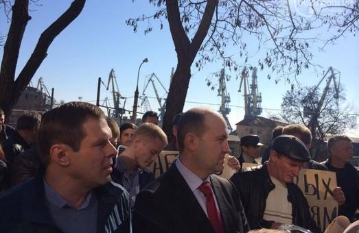 Портовики Мариуполя вышли на митинг