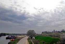 Погрузка зерна на берегу Прута около Джурджулешт, справа видна новая железная дорога Кахул - Джурджулешты