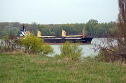 Грузовой теплоход на Дунае у Рени