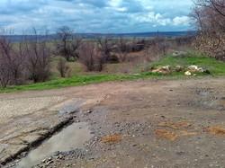 Бывший переезд и бывшая насыпь разобранной железной дороги, вид в сторону станции Басарабяска около молдавского пограничного поста