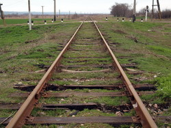 По таким рельсам и шпалам поезда между Арцизом и Березино плетутся с черепашьей скоростью