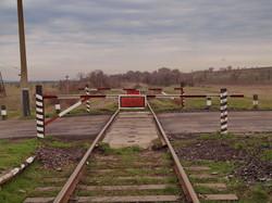 На железной дороге между Арцизом и Березино поезда ходят настолько редко, что шлагбаумы на переездах - не для автомобилей, а для поездов