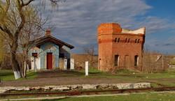 Туалет и разрушенная водонапорная башня на станции Березино