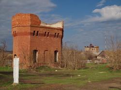 Полуразрушенная водонапорная башня на станции Березино