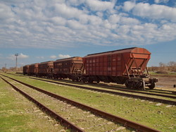Грузовой состав из 5 вагонов на станции Березино