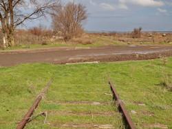 За переездом рельсы от Березино к Бессарабской тянутся еще на сотню метров и заканчиваются тупиком в непролазной грязи