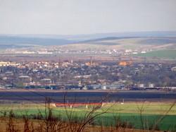 Панорама молдавского города Басарабяска и мост на перегоне к станции Абаклия на первом плане