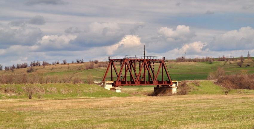 Мост через реку Когильник на разобранной железной дороге у села Серпневое
