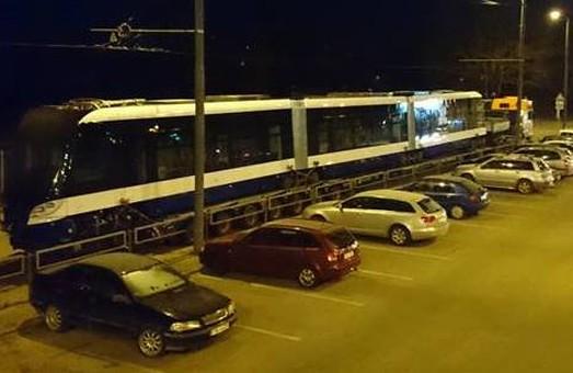"""В Ригу привезли первый из 20 низкопольных трамваев """"Шкода"""" по прошлогоднему контракту"""