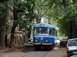 Фото дня: самая узкая улица Одессы с трамваем