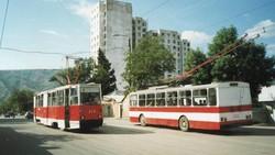 Трамвай і тролейбус Тбілісі. 2003 рік... Вони іще не підозрюють, що через три роки підуть на брухт.