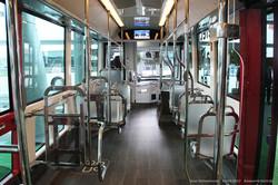 Электробус Irizar i2e BRT (ie Tram). Полупрозрачные сиденья, много хрома и красные стойки кузова.