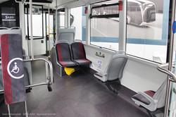 Сочлененный электробус Sileo S18. Пассажирский салон, вид на переднюю часть первой секции.