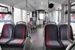 Сочлененный электробус Sileo S18. Пассажирский салон, вид на первую секцию от узла сочленения.
