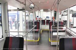Сочлененный электробус Sileo S18. Пассажирский салон, вид на вторую секцию от узла сочленения.