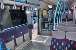 Электробус VDL Citea Electric. Пассажирский салон, первая секция. Накопительная площадка расположена по правому борту. Мягкое ограждение очень удобное.