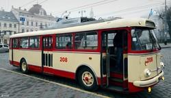 """Фото дня: в Черновцах отреставрировали старый троллейбус """"Шкода"""""""