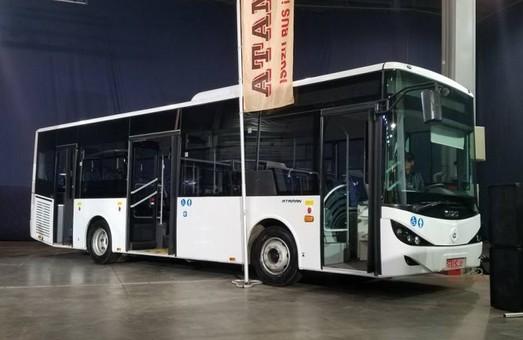 Завод в Черкассах представил новые модели городских низкопольных автобусов