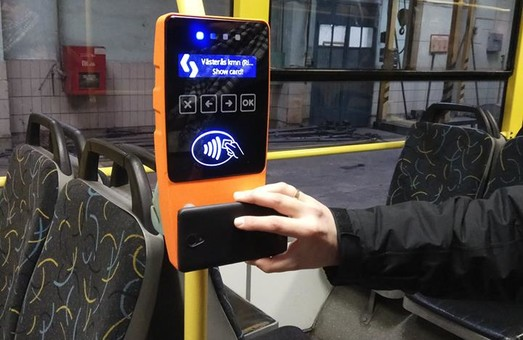 В киевских трамваях и троллейбусах начали устанавливать терминалы оплаты проезда