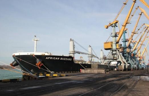 В порту Южный разгружают еще два балкера с углем для электростанций