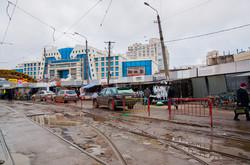 """В Одессе около """"Привоза"""" начали ограждение трамвайных путей от автохамов (ФОТО)"""