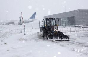 Аэропорты Киева завалены снегом: воздушное сообщение с Одессой и другими городами затруднено