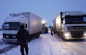 Трасса Одесса - Киев в Черкасской и Киевской областях завалена снегом: спасатели вытащили более 400 машин из сугробов