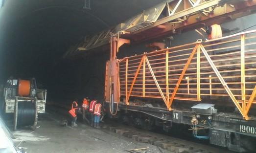 В почти готовый Бескидский тоннель впервые заехал поезд с путеукладчиком