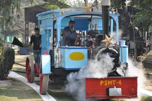 В Индии запустили модель поезда на одном рельсе